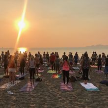 Silent Sunset beach yoga [FULL MOON // AIRPLANE MODE! edition]